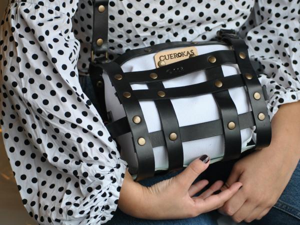 bolso trenzado en piel de vaquetilla negra
