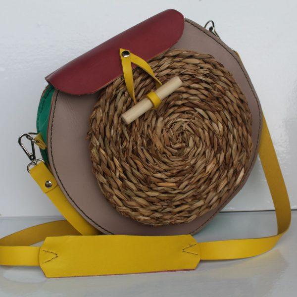 alt=bolso redondo en piel y rafia