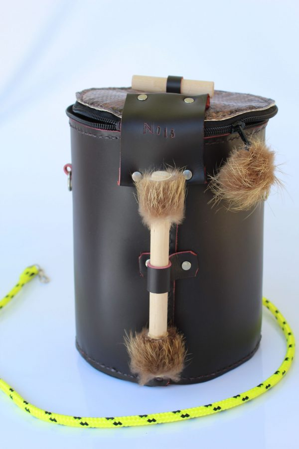 bolso de piel color marron con detalles de peleteria en asa de madera