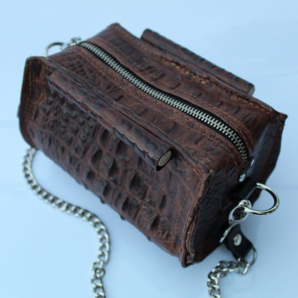cartera de piel marrón cocodrilo