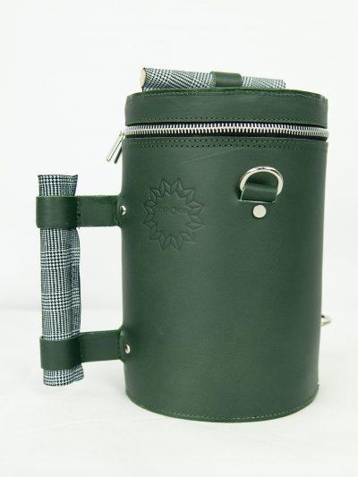 bolso verde oscuro con asa de madera en cuadro gales