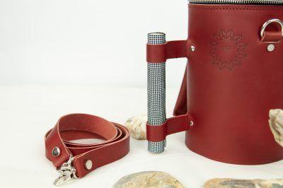 bolso mochila en piel color rojo burdeos