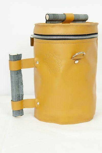 Bolso de diseño hecho a mano en España por artesanos en color camel