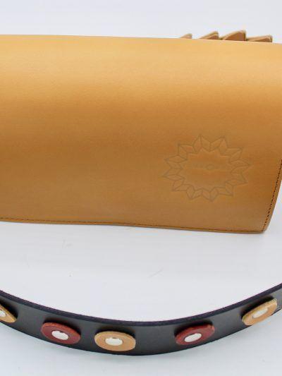 bolso en color camen y correa decorada con circulos en varios colores