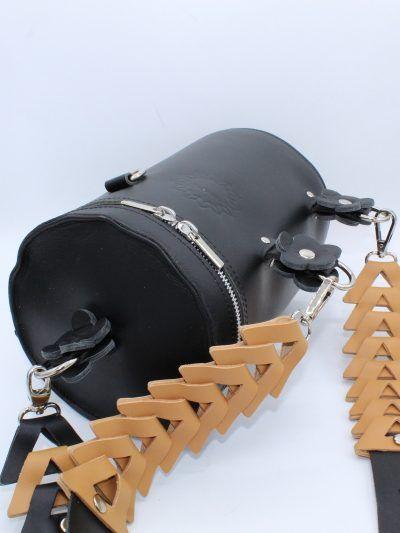 Bolso de piel negra con correa tipo trenzada en beige
