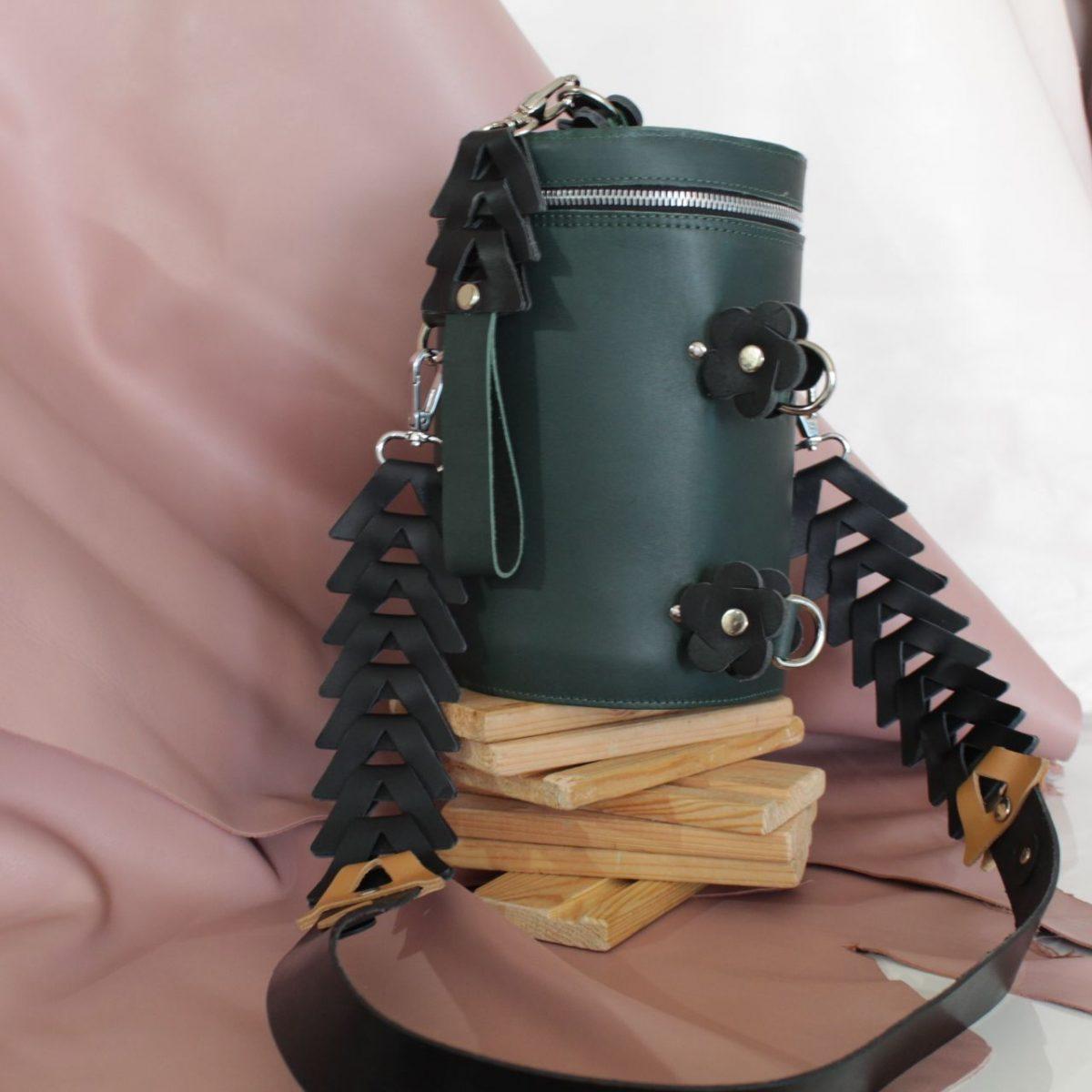 Bolso de piel diseño y fabricación en España en piel verde cilindrico
