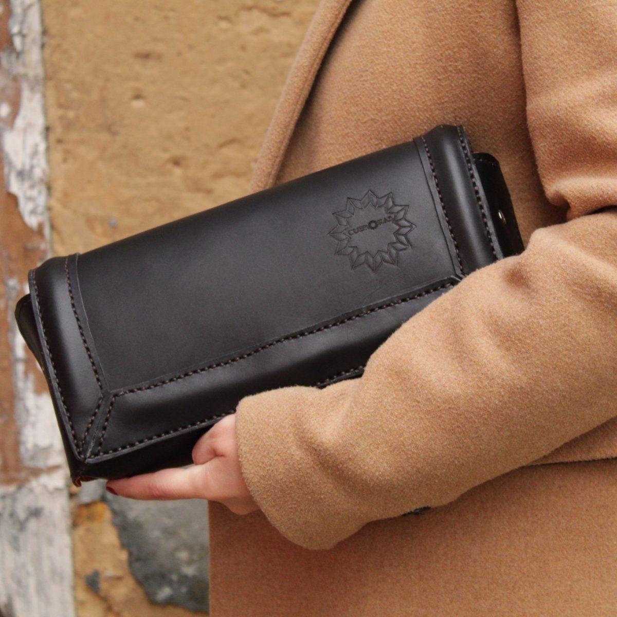 Bolso de piel negra hecho a mano en España