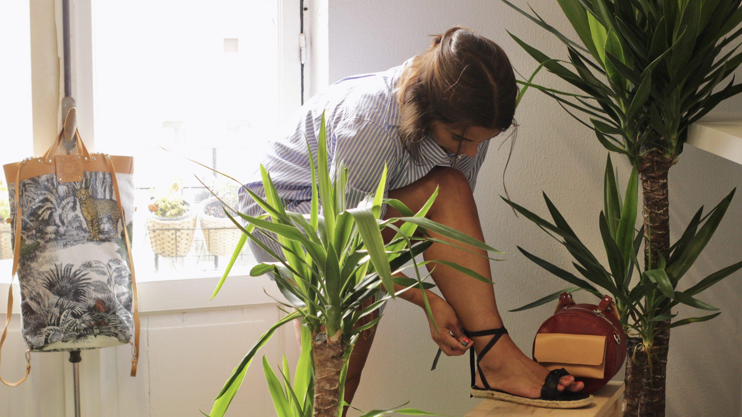 Alpargatas de esparto trenzadas hechas en España con bolsos sostenible todo de la firma cuerokas