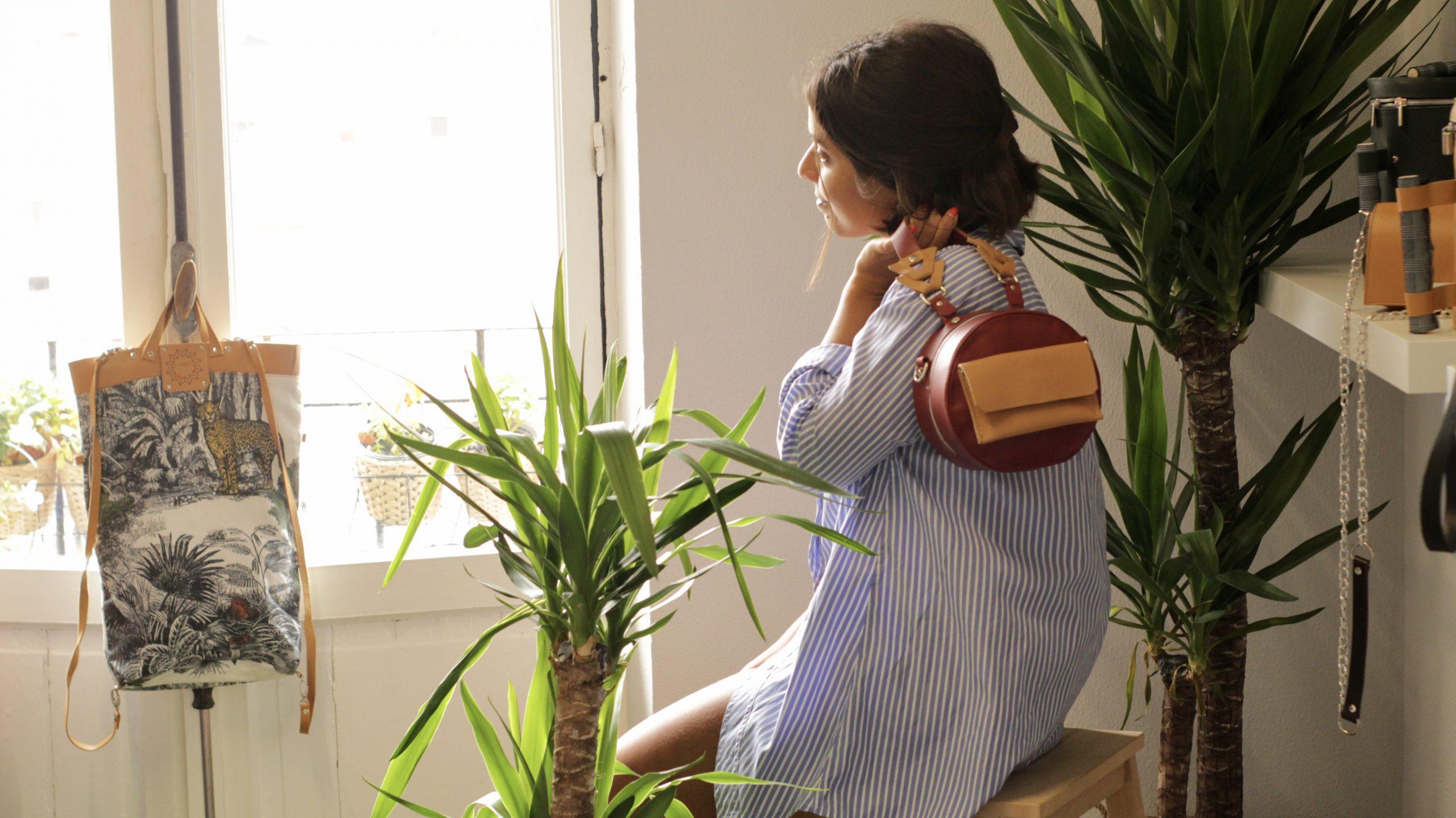 bolso de piel redondo sostenible y bolsa de algodón posando carla en showroom de Oviedo