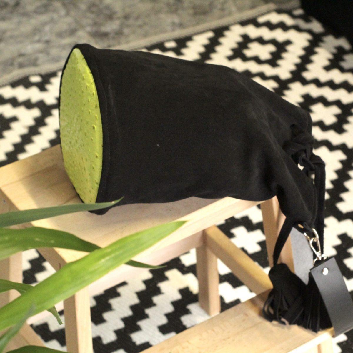 Bolso tipo saco en piel serraje negra sostenible de estilo bohemio