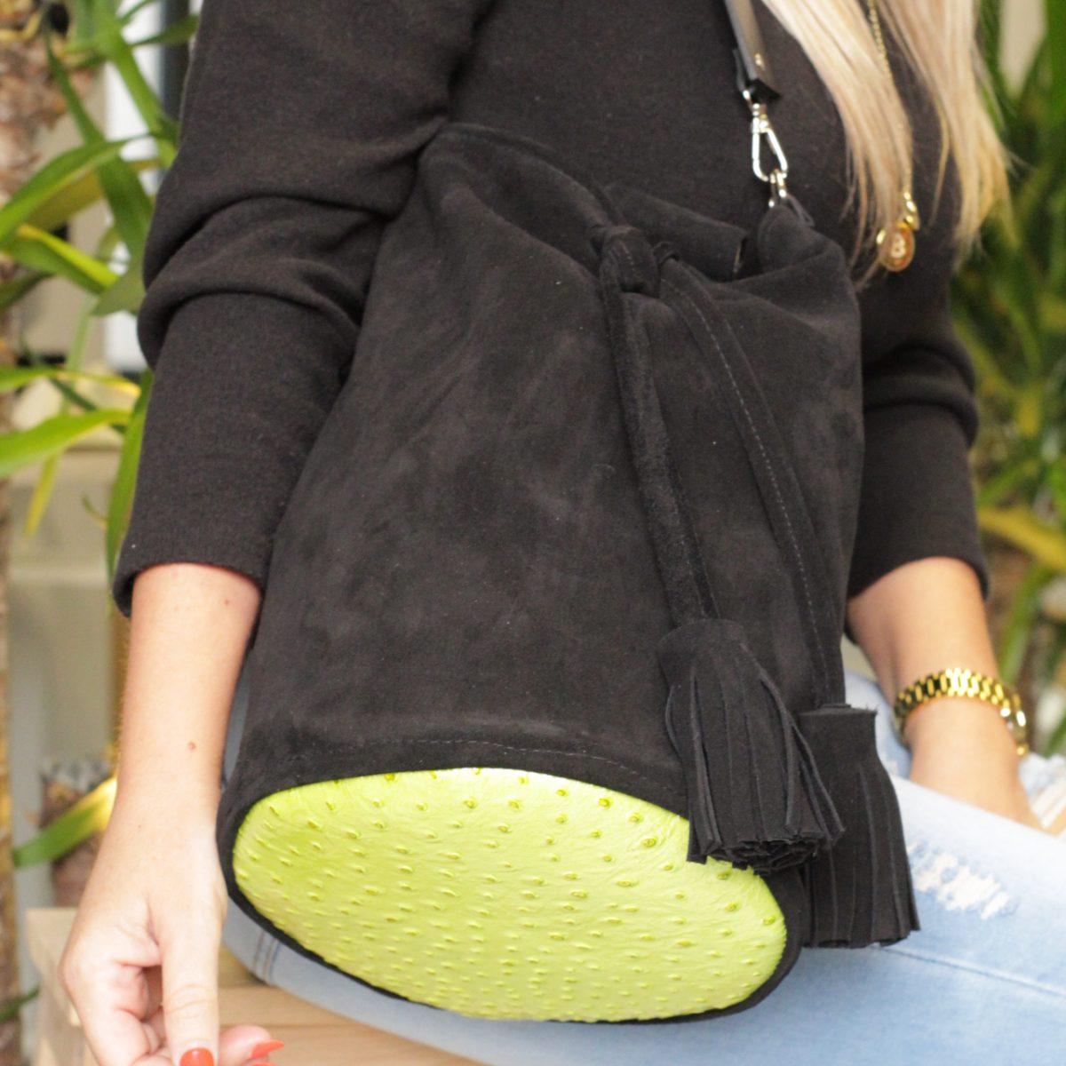 bolso tipo saco en piel serraje color negro y base piel verde pistacho acharolada
