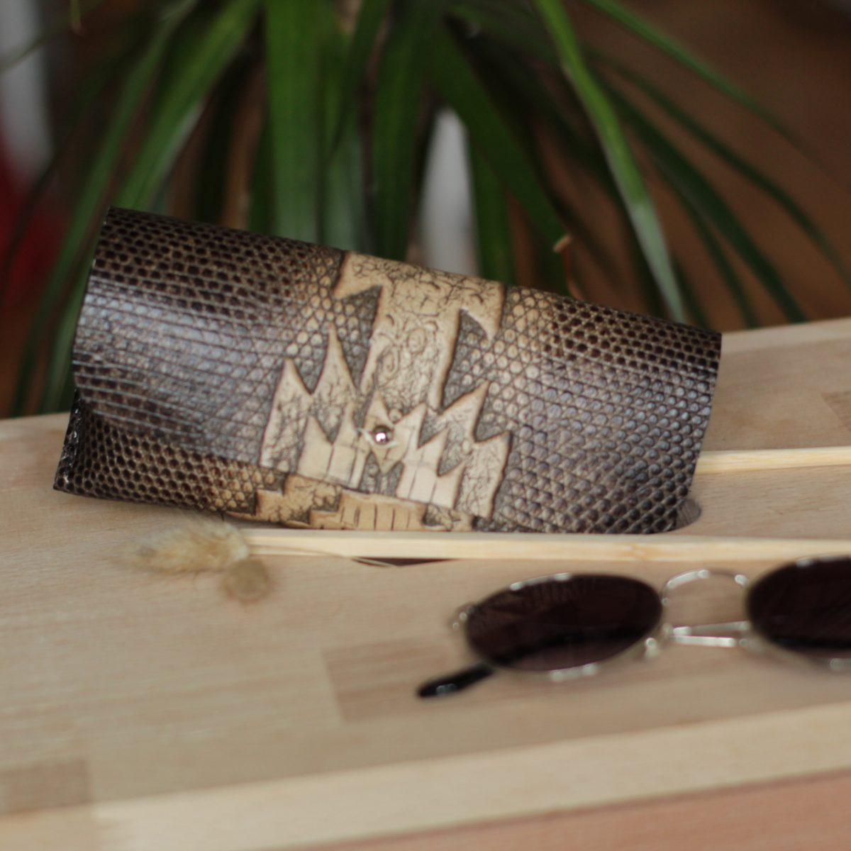 funda de gafas en piel grabada para hombre artesanía regalo perfecto